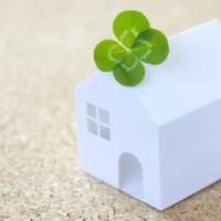 四葉のクローバーと家の模型の写真